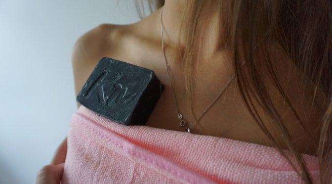 Črno milo Karbonoir proti dermatitisu in rdečici