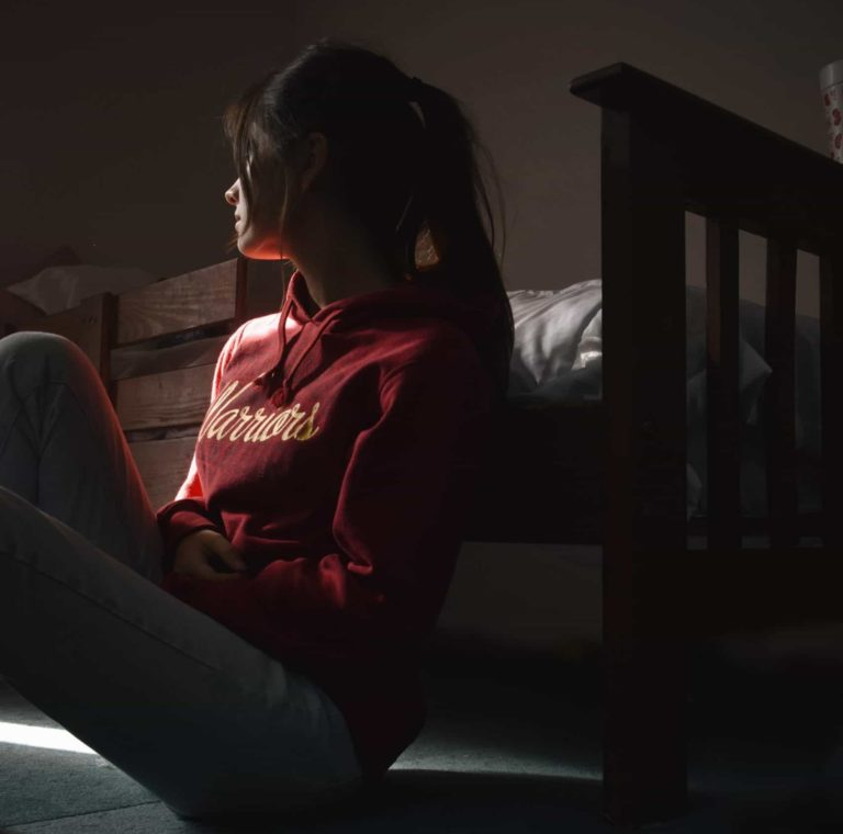 Žalostno dekle z mozolji
