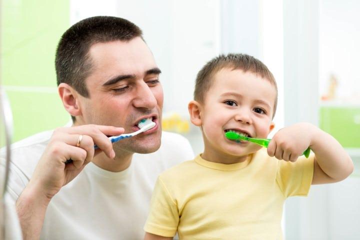 Oče in sin umivata zobe